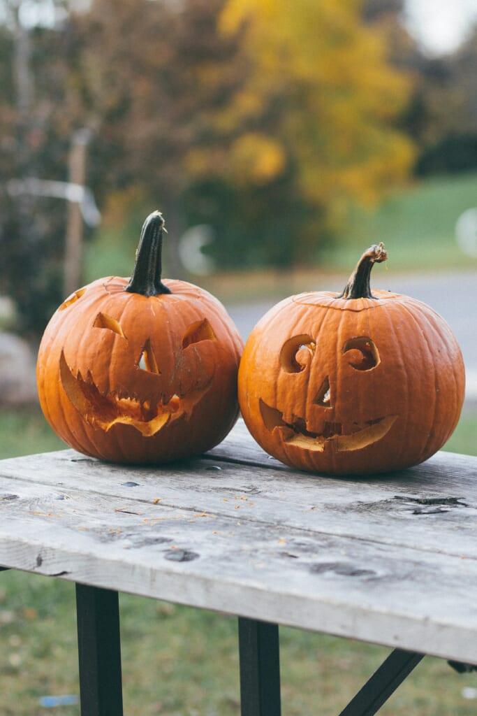 Geschnitzte Kürbisse zu Halloween.