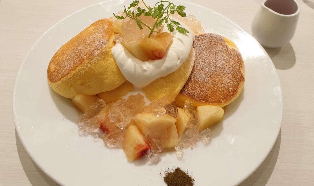 Fluffige Pancakes in Japan mit Pfirsich und Jelly.