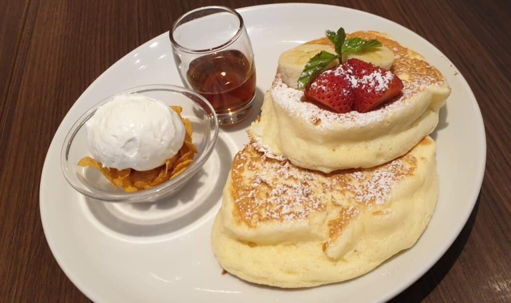 Fluffige Pancakes in Japan mit Erdbeeren und Eis.