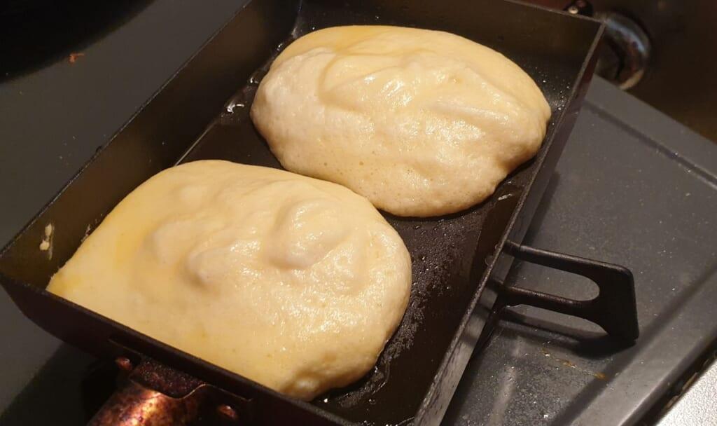 Die fluffigen Pancakes werden bei geringer Hitze 4-5 Minuten gebacken.