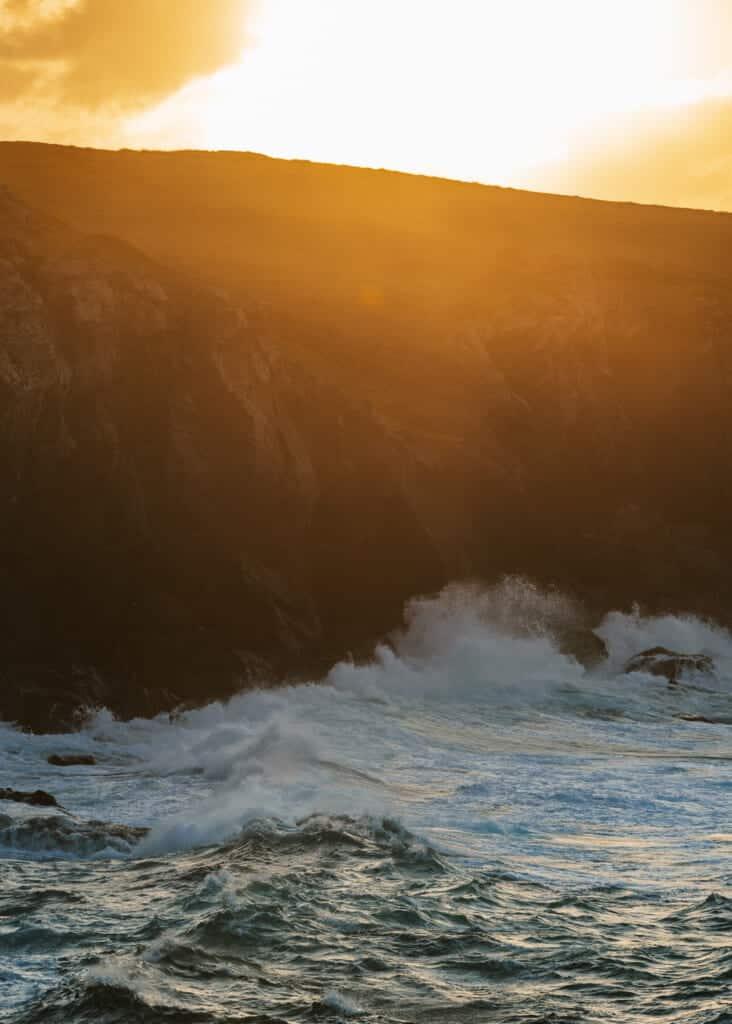 Sonnenuntergang an der Felsbrandung.