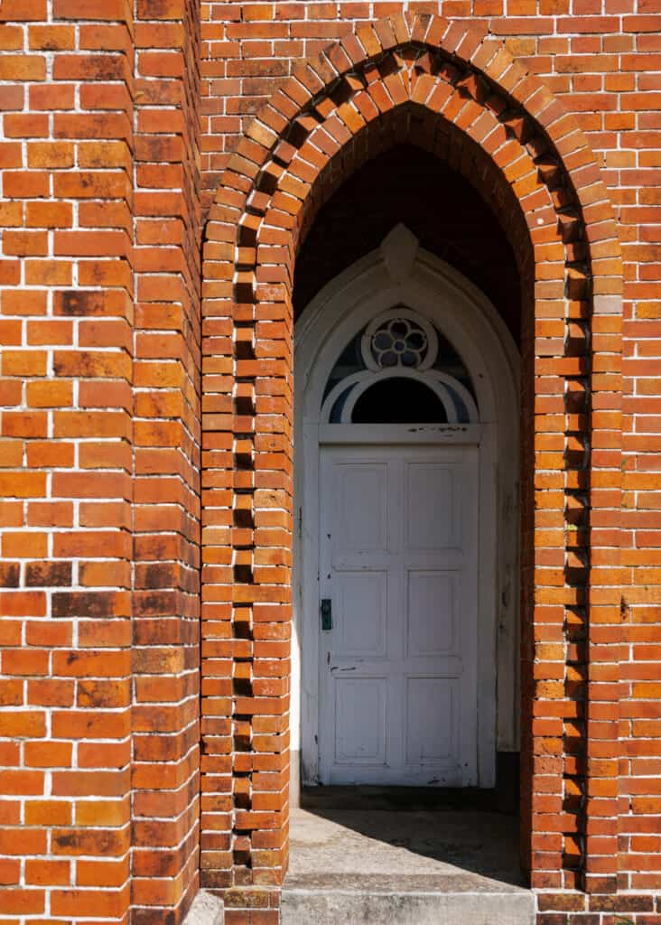 Eingang zur Kirche.