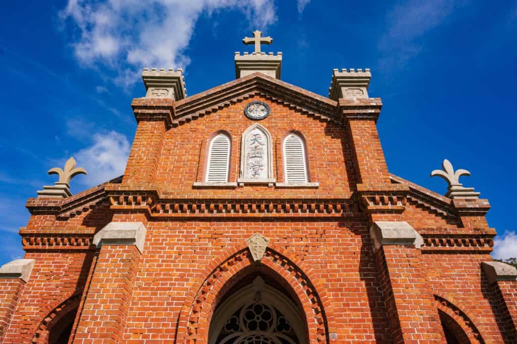 Vorderansicht der Kirche.