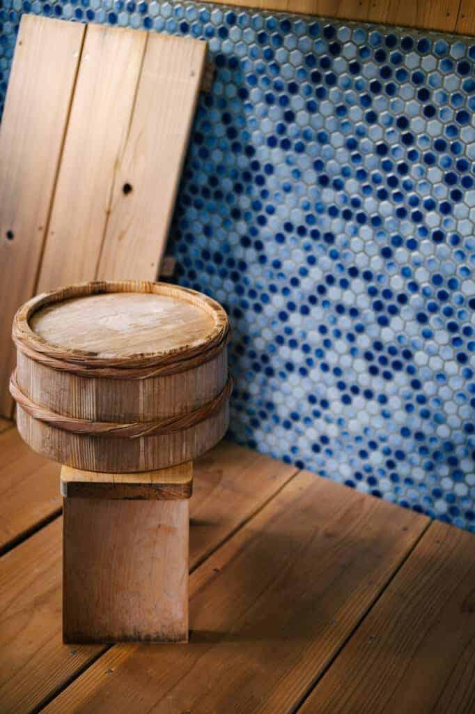Traditioneller, renovierter Duschraum.