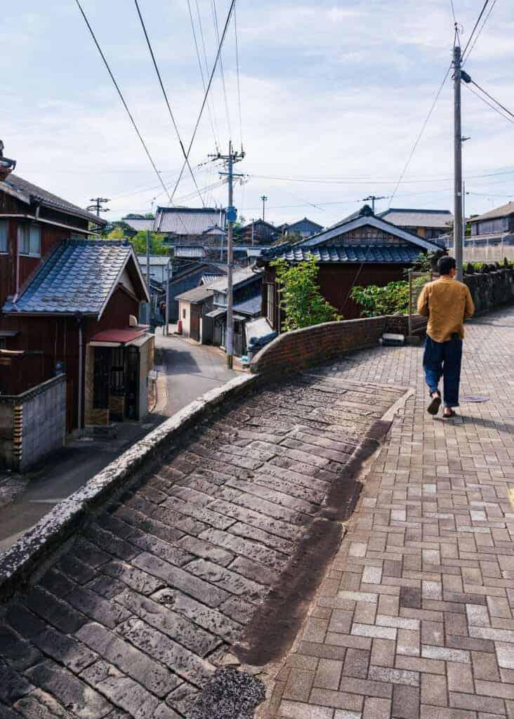 Spaziergang durch die alten Straßen der Stadt Ojika.