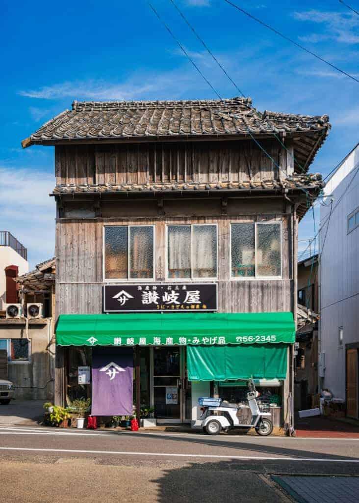 Altes Gebäude in den Straßen von Ojika.