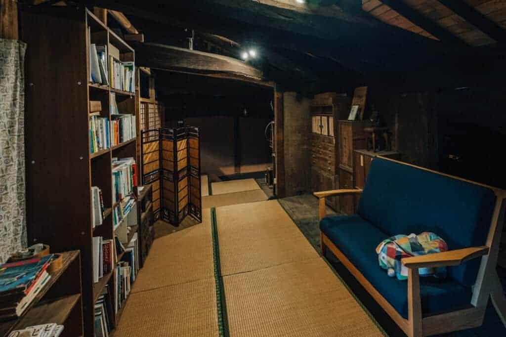 Bücherregal im Gästehaus Yanoya.