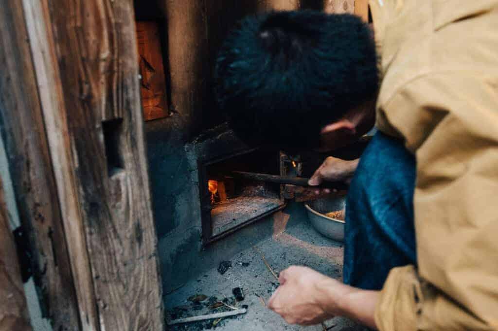 Hashi entfacht das Feuer im Ofen.