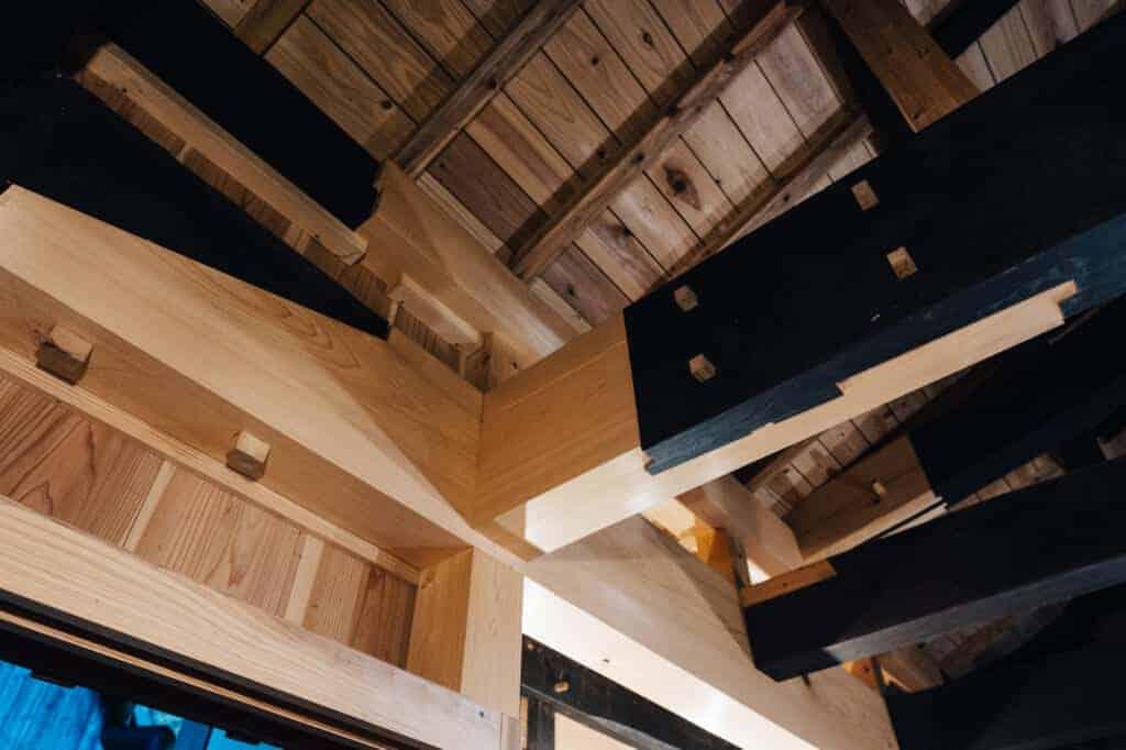 Alte und neue Holzbalken im renovierten Kominka Yanoya, einem Gästehaus auf der Insel Ojika.