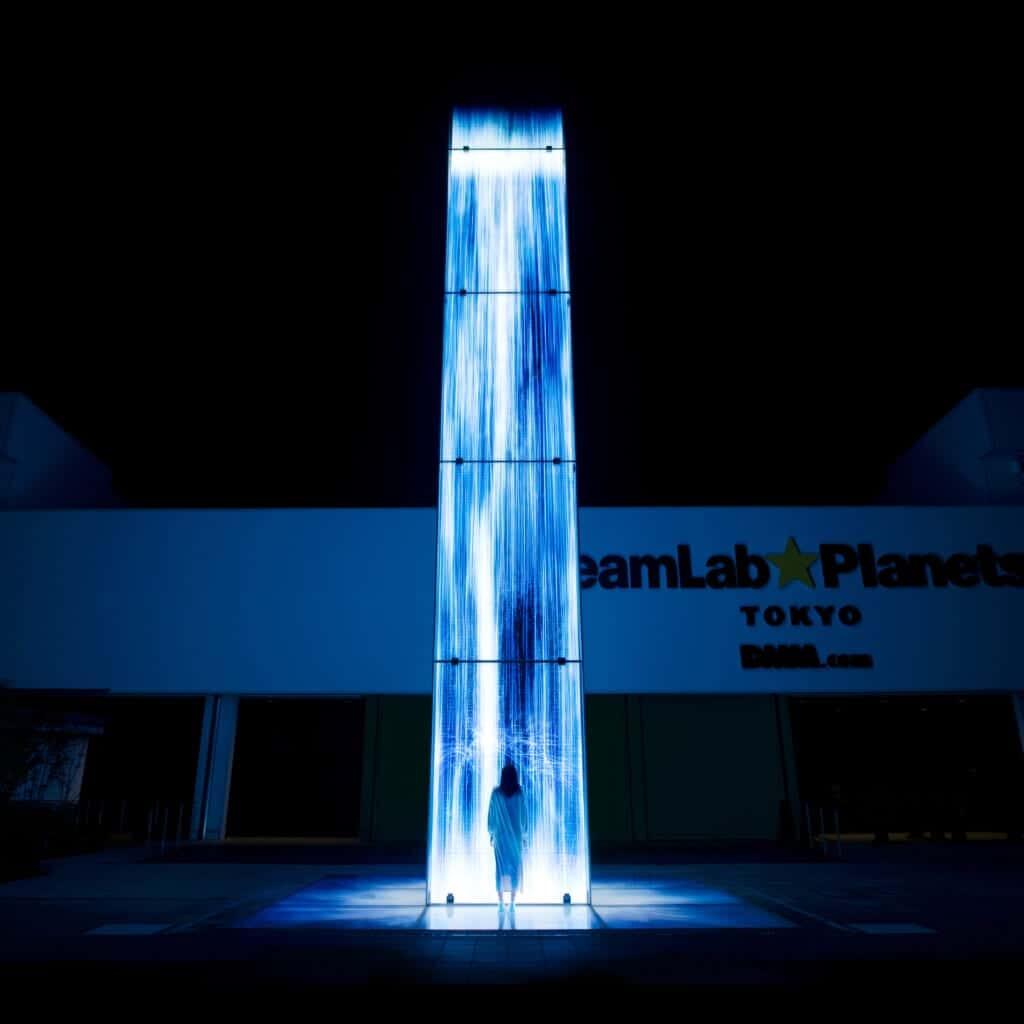 Universe of Water Particles Falling from the Sky: Ausstellungsstück außerhalb des Gebäudes.