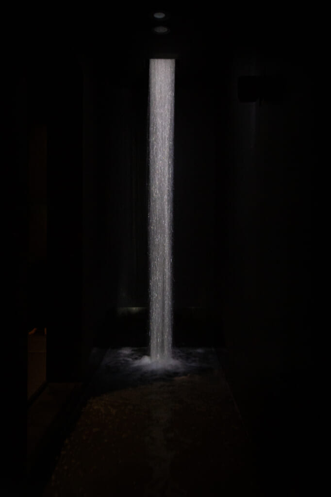 Waterfall of Light Particles at the Top of an Incline: Ein Wasserfall im Inneren des teamLab Planets.