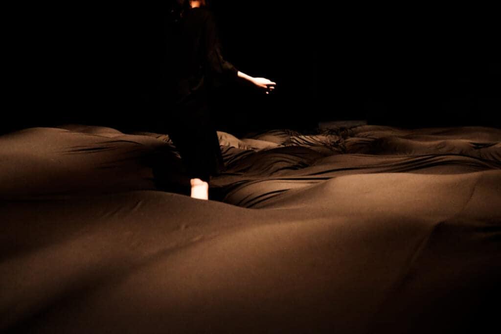 Soft Black Hole: Der Untergrund verändert sich auch durch die Bewegung anderer Besucher.