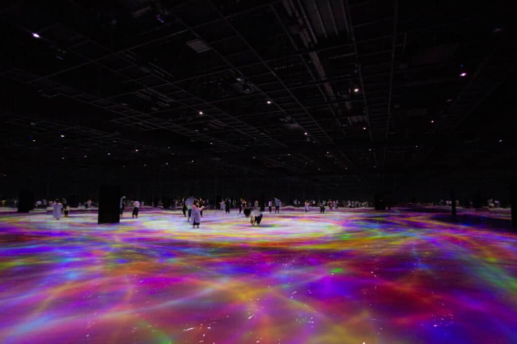 Drawing on the Water Surface Created by the Dance of Koi and People – Infinity: Ein weiterer Ausstellungsraum mit Wasser.