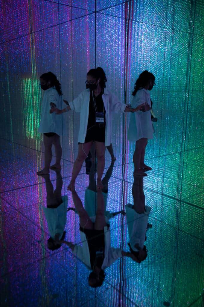Verschiedene Perspektiven im teamLab Planets in Toyosu, Tokio.
