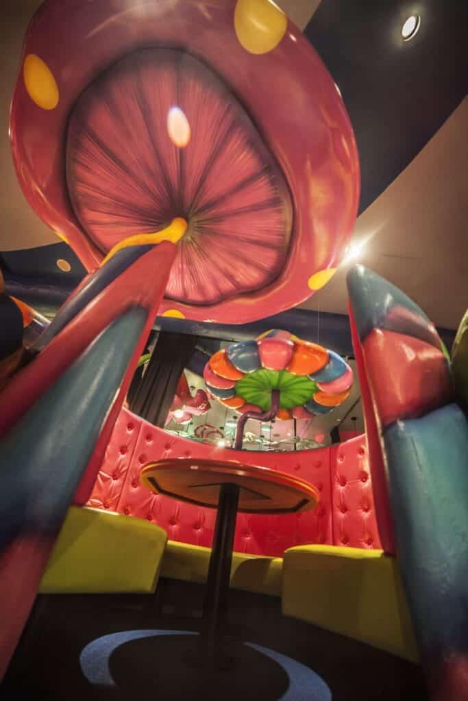 Eine Sitzgelegenheit in der Mushroom Disco im Kawaii Monster Café in Tokio, Japan.