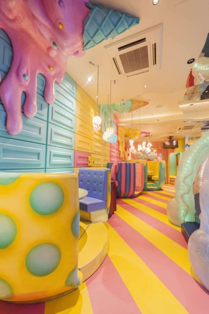 Halb private Sitzgelegenheiten in bunten Farben.
