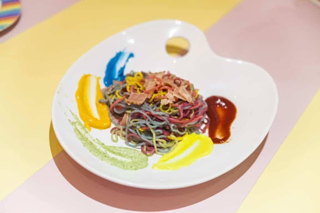 Bunte Spaghetti, die aussehen wie die Farbpalette eines Malers.