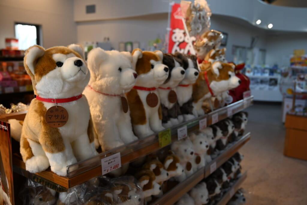 Akita und Shiba sind beliebte Motive für Souvenirs.
