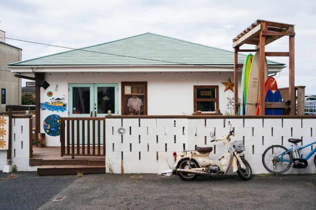 Ein kleines Café auf der Insel Enoshima.