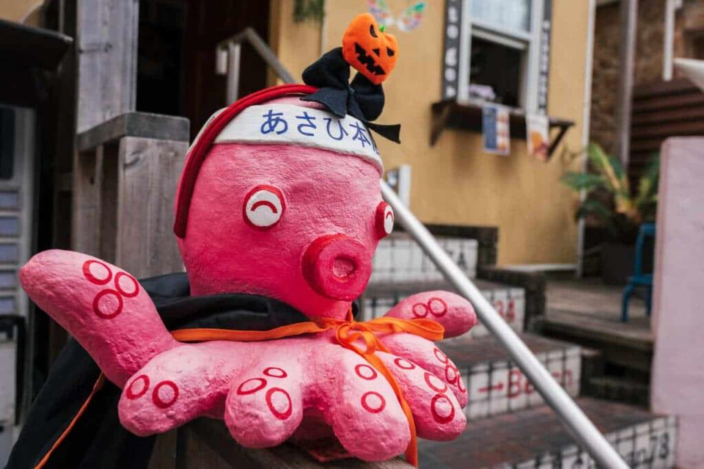 Eine Oktopusfigur zu Halloween in Japan.