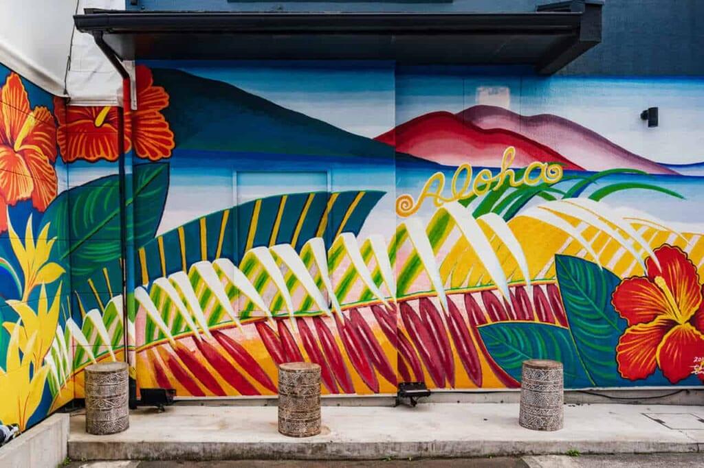 Aloha-Graffiti auf einer Hauswand.