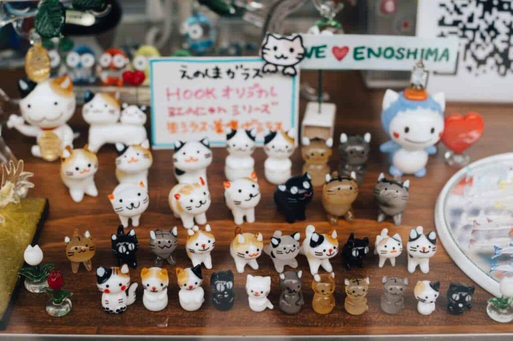 Katzenfiguren erinnern an die zahlreichen Straßenkatzen, Japan.