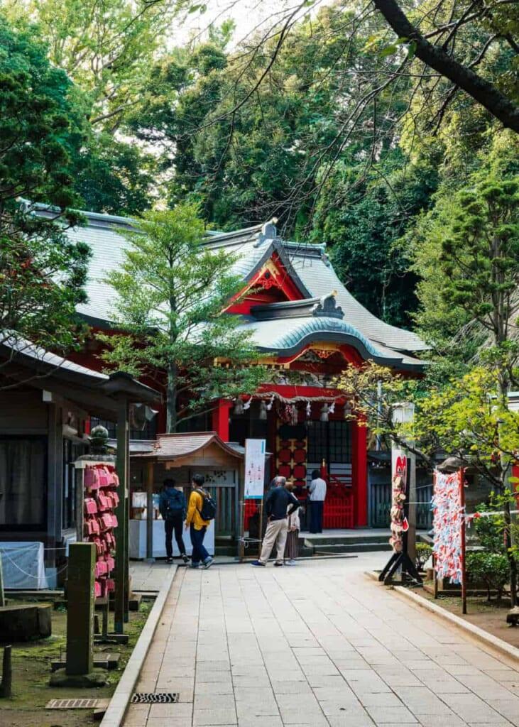Besucher vor dem Nakatsumiya Schrein.