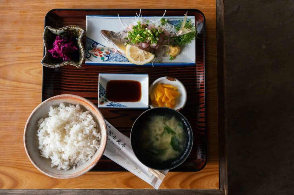 Ein japanisches Menü mit frischem Fisch.