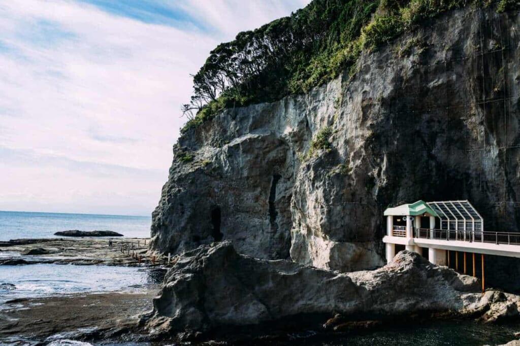 Außerhalb der Enoshima Iwaya Höhlen.
