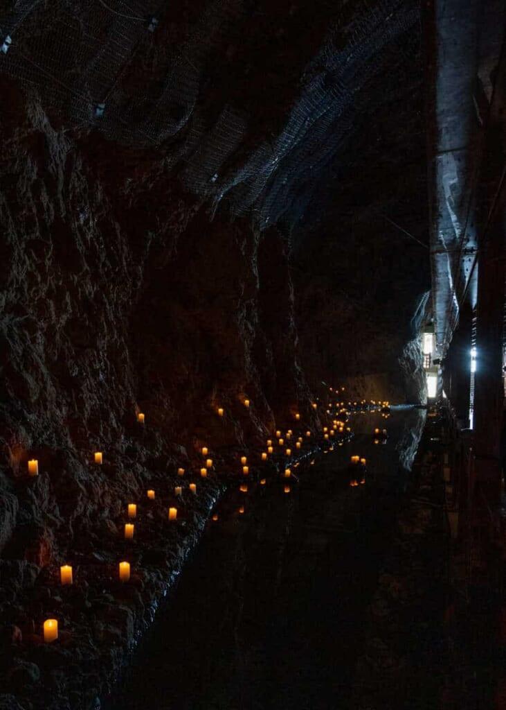 Kerzen in den Iwaya Höhlen auf der Insel Enoshima.