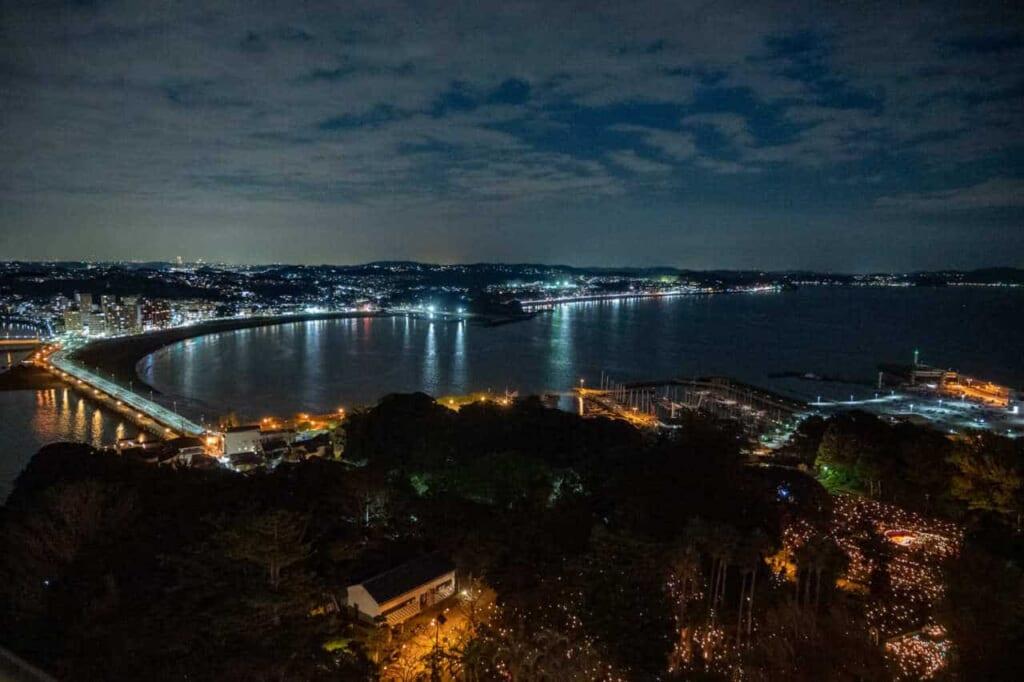 Skyline von Enoshima am Abend.