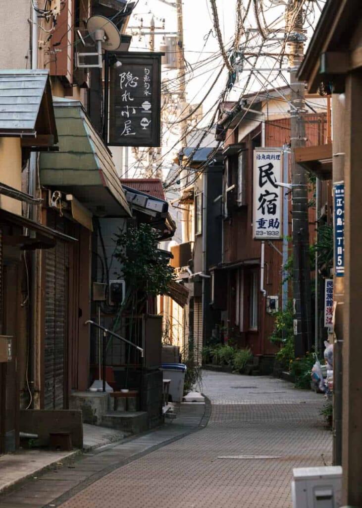 Straßen in der alten Nachbarschaft Higashi-machi von Enoshima.