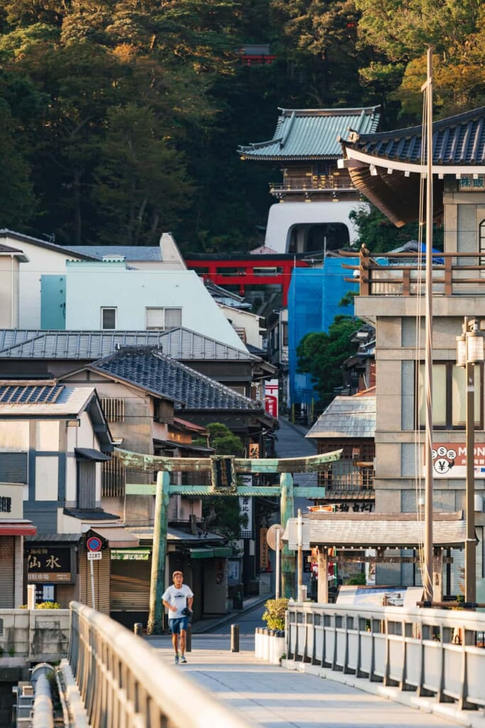 Die Brücke zum Enoshima-Katase West Beach.