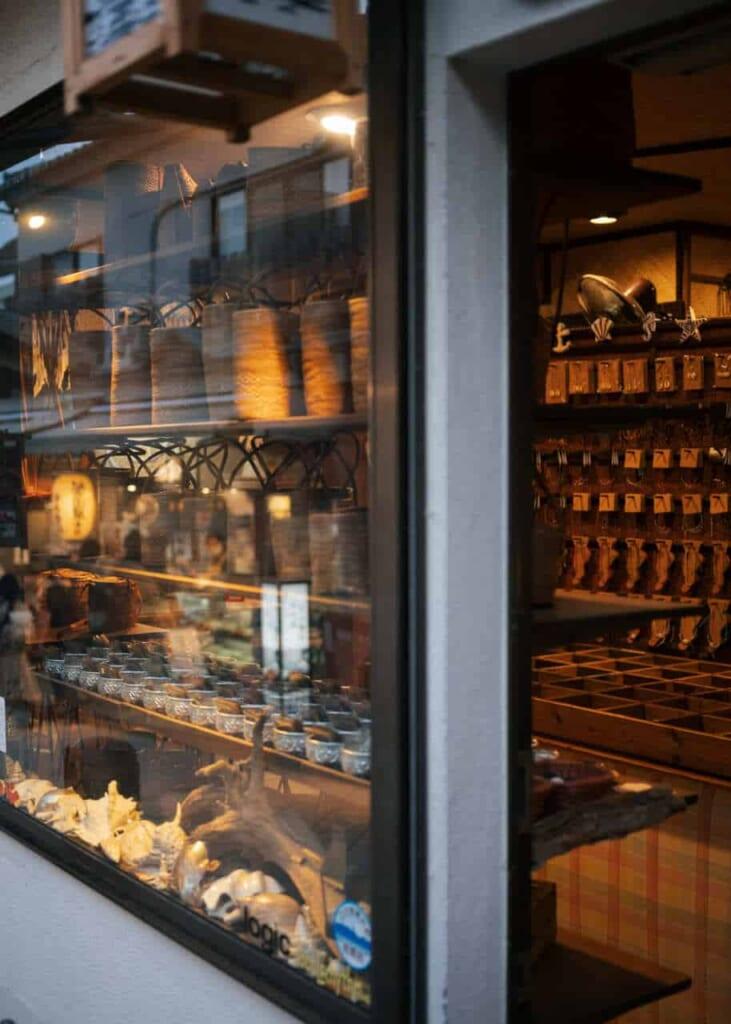 Ein Geschäft in der Benzaiten Nakamise Street.