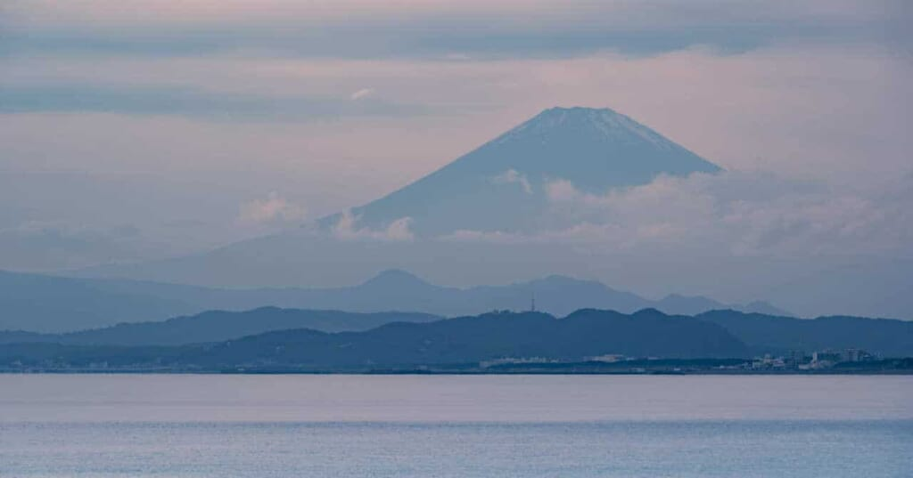 Der Berg Fuji von der Insel Enoshima aus.