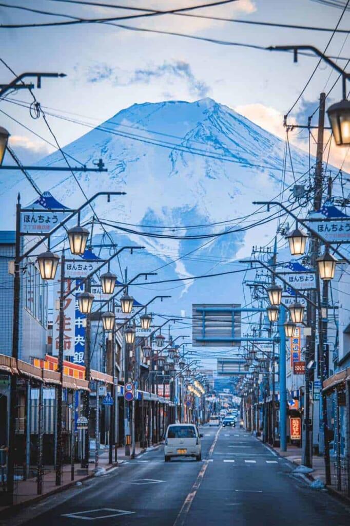 Blick auf den Berg Fuji von den Straßen aus.