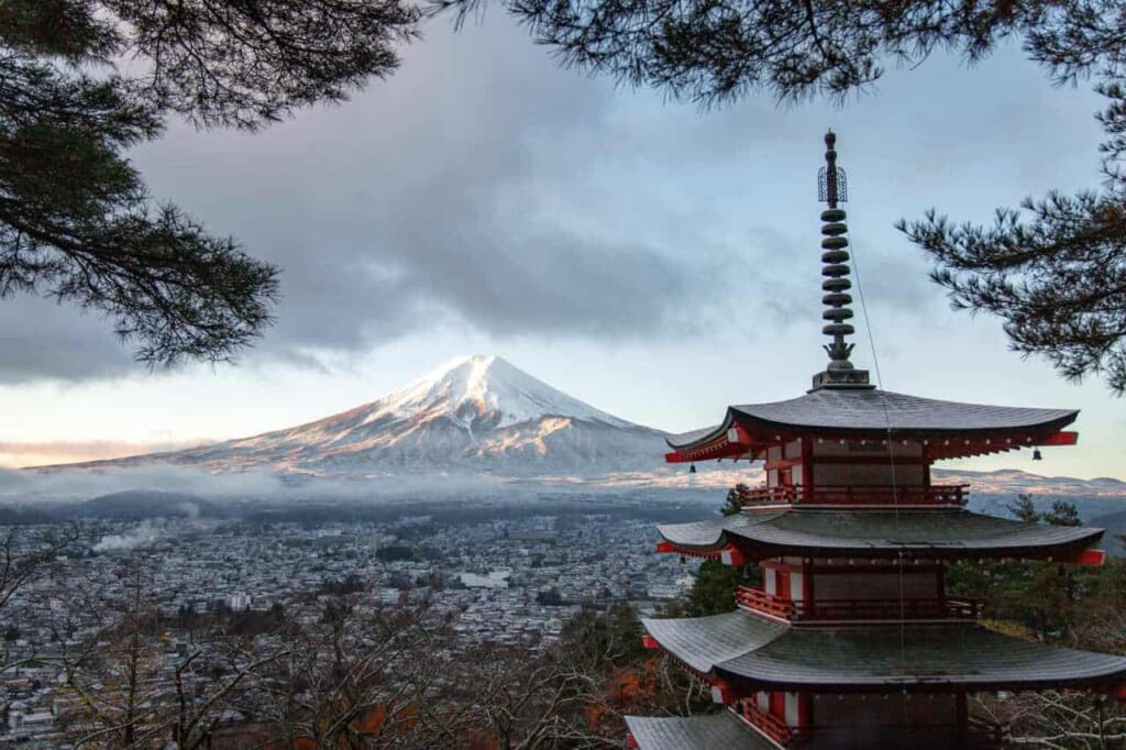 Vulkane in Japan: Blick auf den Berg Fuji von der Chureito Pagode.