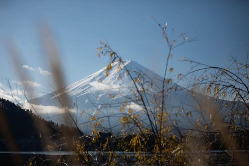Der Berg Fuji mit Schnee.