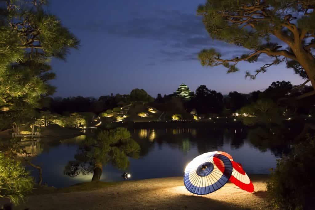 Der Koraku-en Garten in Okayama bei Nacht.