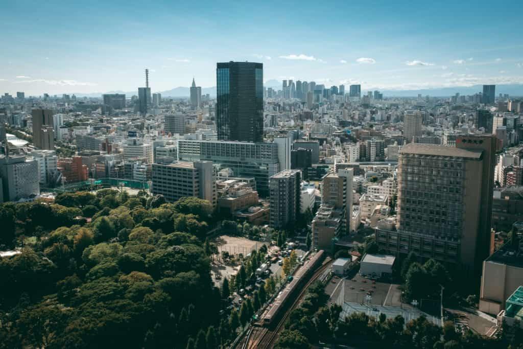 Ausblick von einer der kostenlosen Aussichtsplattformen in Tokio, Japan.