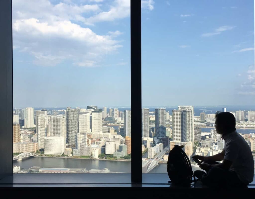 Die Aussichtsplattform des Dentsu Tower in Tokio, Japan.