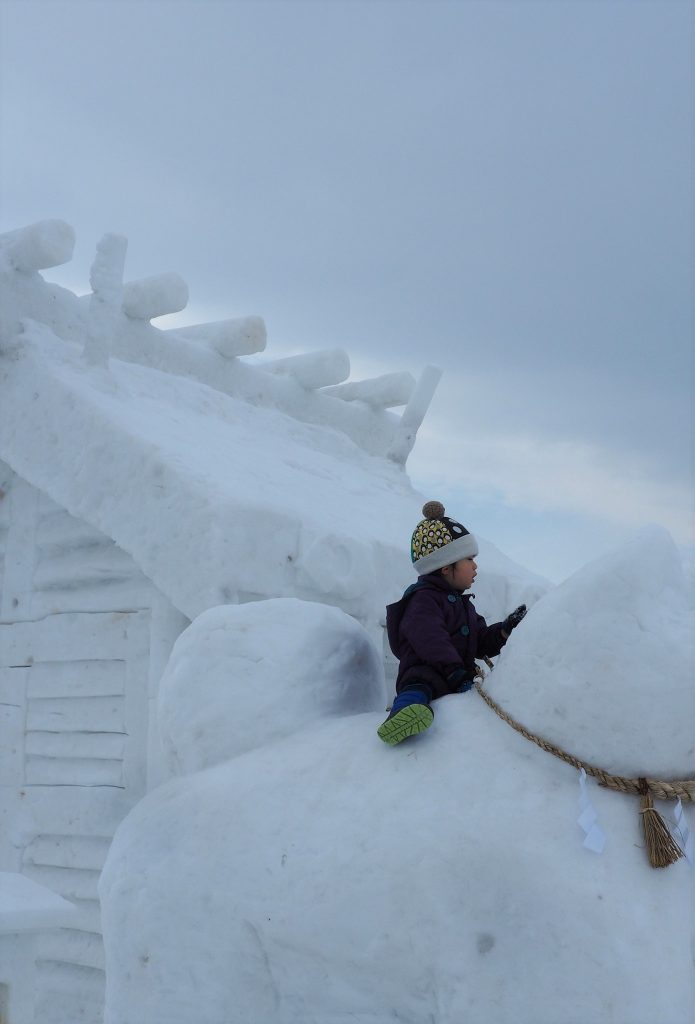 Eine Akita-Schneeskulptur in Yuzawa.