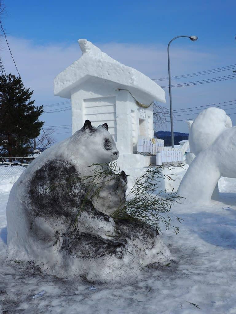 Eine Panda-Schneeskulptur.