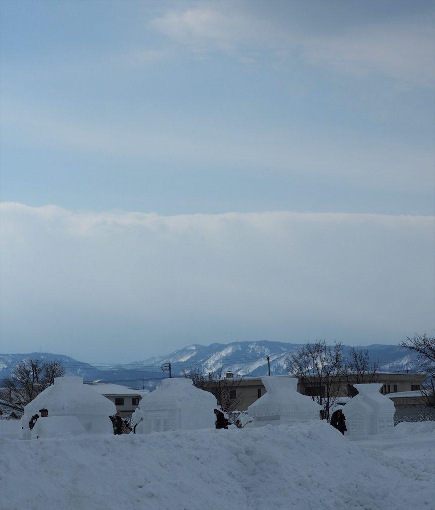 Häuser aus Schnee auf dem Inukko Schneefestival in Yuzawa.