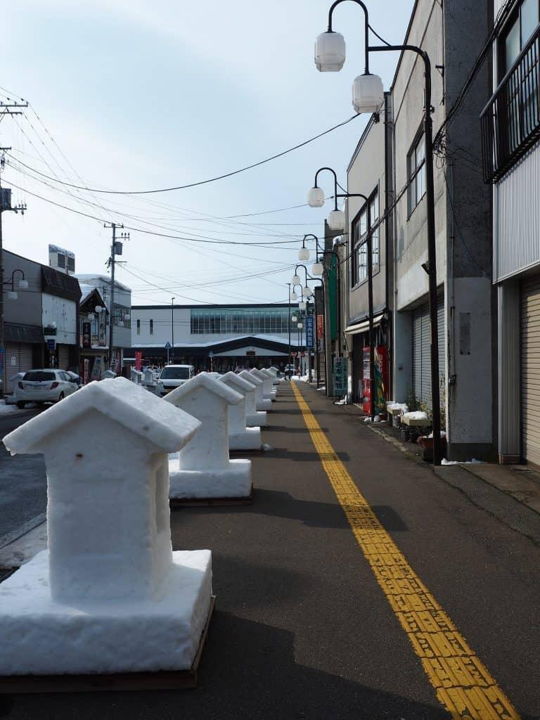 Skulpturen in den Straßen von Yuzawa.