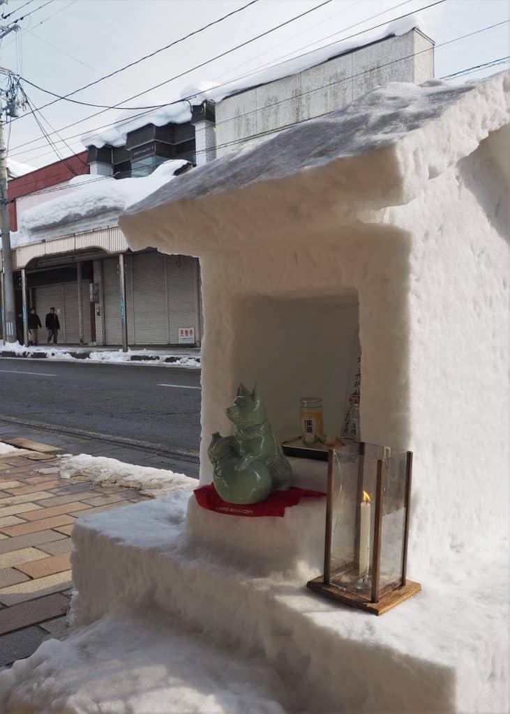 Tausende von Kerzen werden während des Schneefestivals aufgestellt.