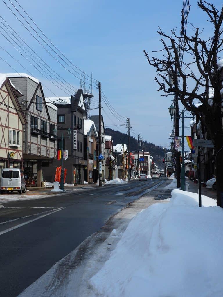 Die verschneiten Straßen der Stadt.