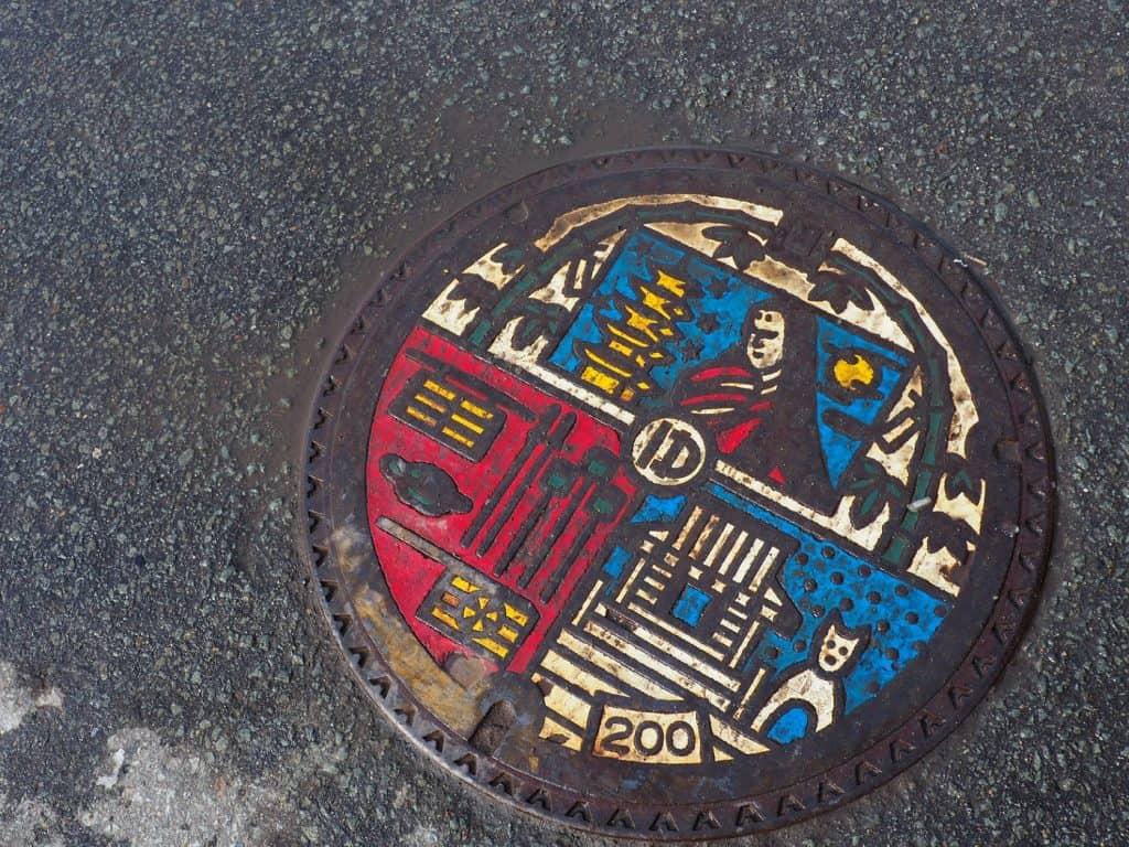 Ein Kanalisationsdeckel in der Stadt Yuzawa.