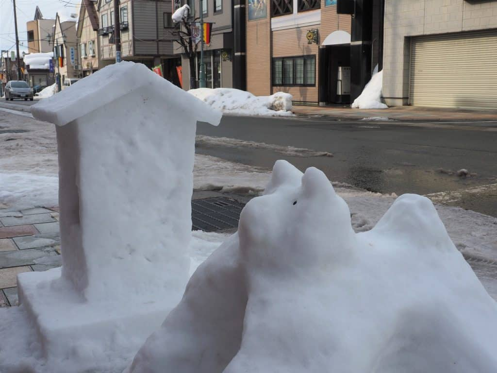 Geschmolzene Skulpturen in den Straßen.