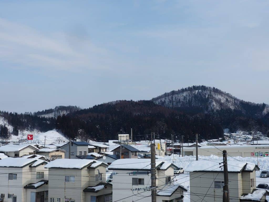 Ein Blick über die verschneiten Dächer von Yuzawa in der Präfektur Akita.